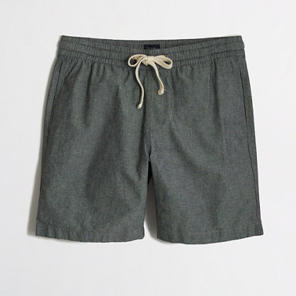 Sporty elements like the elastic waistband mesh with an airy chambray fabric in these shorts.