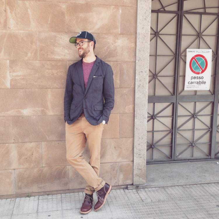An crisp-casual way to wear a vintage ball cap. Unconstructed blazer by J. Crew. Heathered burgundy pocket tee by Steven Alan. Slim khaki chinos by Taylor Stitch. Chukka boots by Timberland. Glasses by Warby Parker.