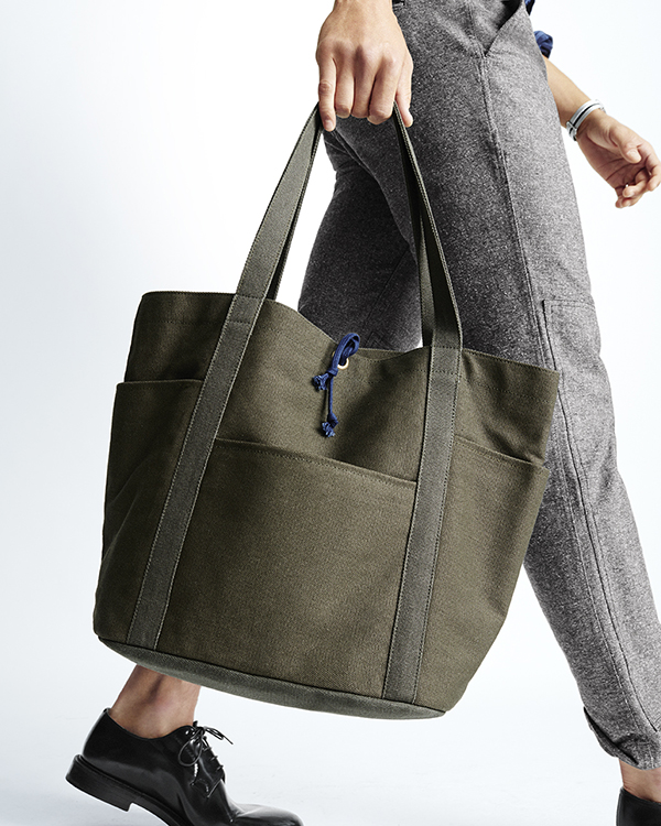 An olive cotton tote bag breathes some life into your everyday carry.