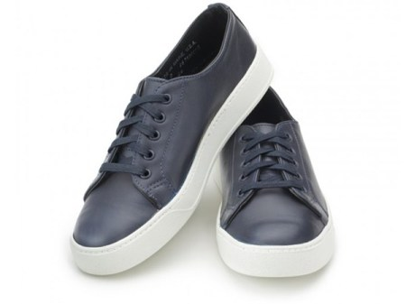 A low-top in navy leather that changes the pace from regular white sneakers, with a ton of quality built in.